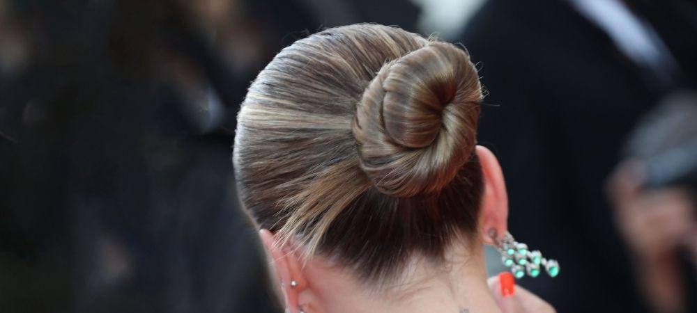 Décryptage coiffure Cannes 2021 : le Chignon Torsadé d'Ester Exposito