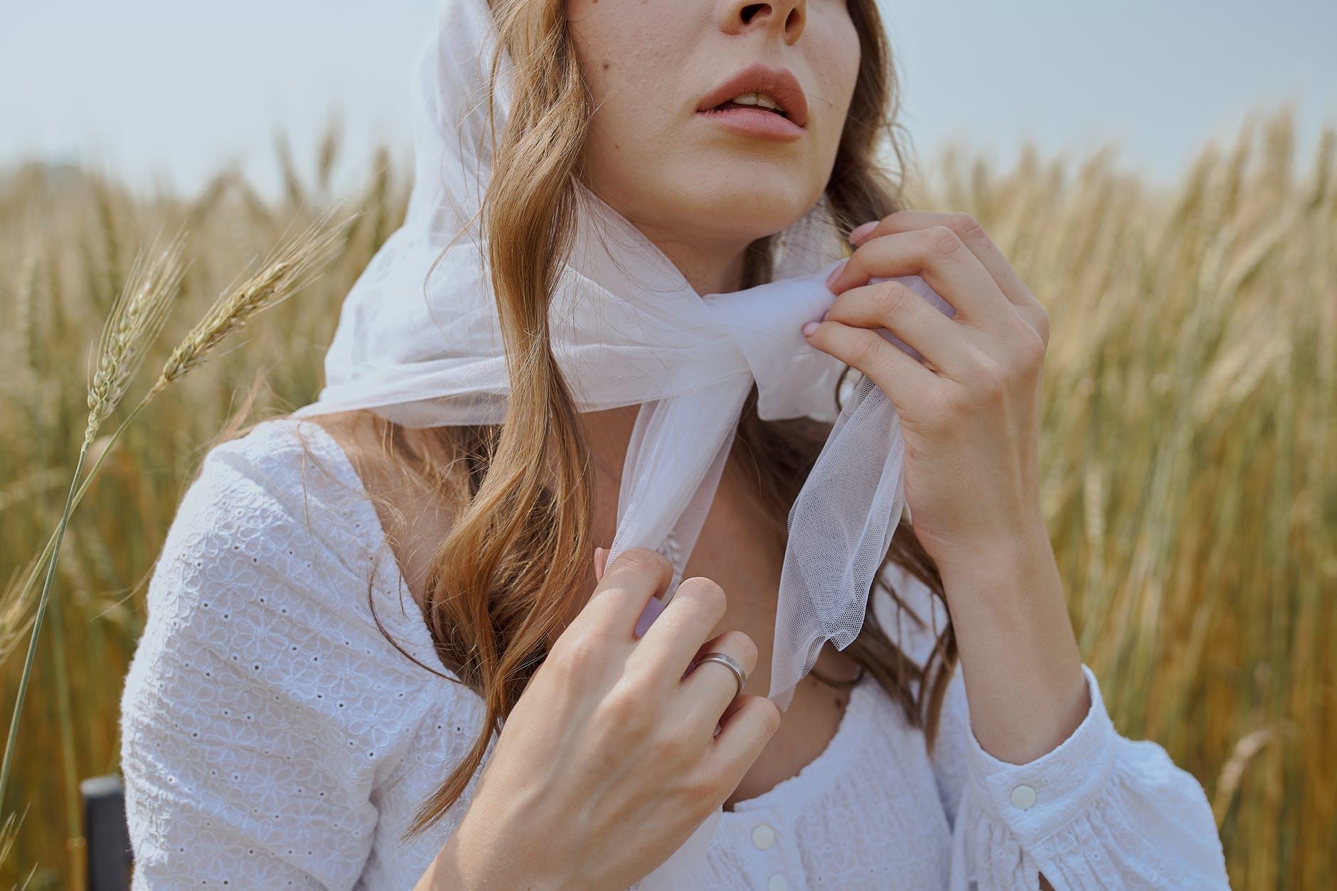 5 manières de nouer un foulard dans ses cheveux