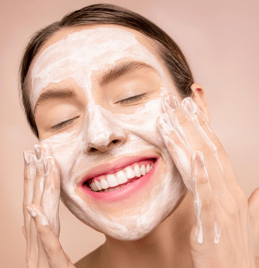 Soin visage : comment utiliser un gommage enzymatique ?